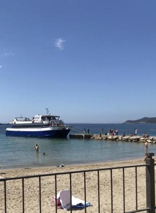 Espigón de piedra donde atracan las embarcaciones que realizan viajes a Formentera.