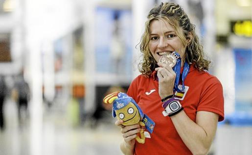 Cristina Ferrer posa con su medalla de bronce en el Aeropuerto de Ibiza.