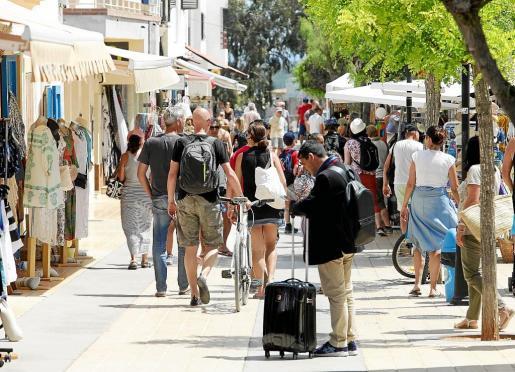 Imagen de turistas en Sant Francesc de Formentera en mayo.
