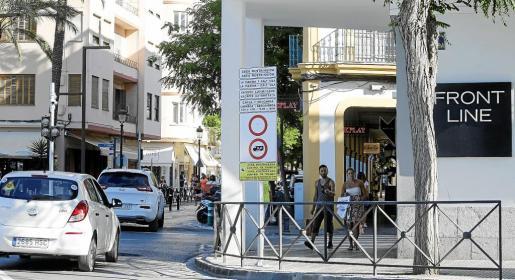 Señalización que indica el acceso restringido a la ACIRE de La Marina y Dalt Vila.