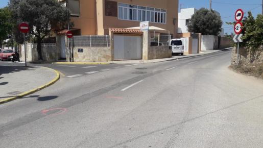 Lugar del accidente de tráfico marcado por los agentes de la Policía Local.