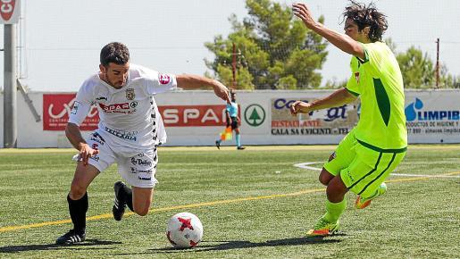 Pepe Bernal conduce el balón durante el partido entre la Peña y el Elche.