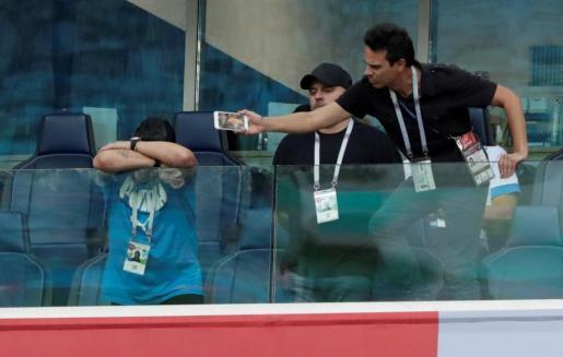 Lamentable imagen de Maradona en el palco del Nigeria-Argentina.