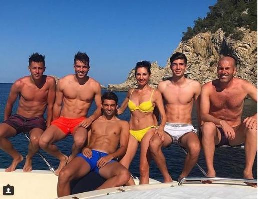 Foto de familia a bordo de un barco en Ibiza.