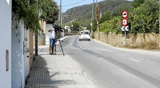 Un reportero gráfico toma imágenes del punto donde se produjo el accidente y la señales marcadas por la Policía Local.