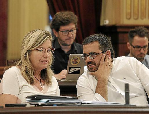 Gómez y Vidal, ayer, durante el pleno. Foto: JAUME MOREY
