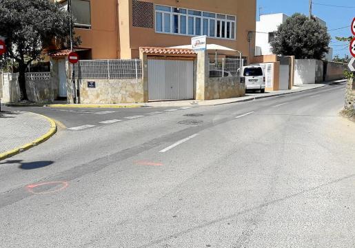 La imagen muestra las zonas marcadas por los agentes que investigaron el accidente mortal ocurrido en la calle es Jondal.