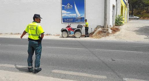 Dos agentes de la Agrupación de Tráfico de la Guardia Civil examinan el escenario del accidente. Foto: P.S.P.