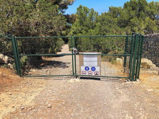 Imagen de la puerta que impide el acceso al camino que lleva al helipuerto.