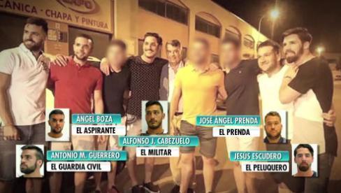 Se reunieron recientemente para celebrar el aniversario de Escudero, el peluquero del grupo, en un local de un polígono a las afueras de Sevilla, y en la imagen se les ve muy sonrientes.
