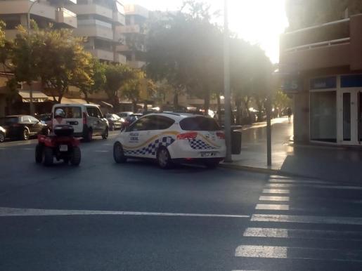 Imagen de archivo de un coche de la Policía Local en la ciudad de Ibiza.