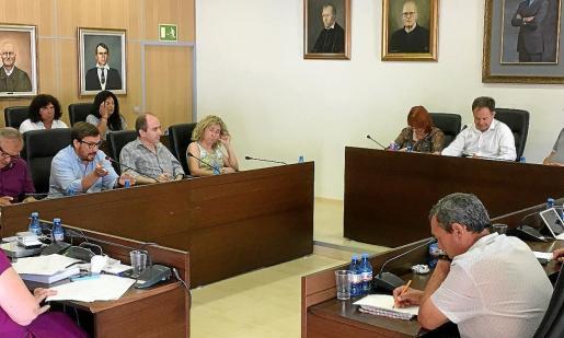 Un momento de debate durante el pleno de ayer en Sant Josep.