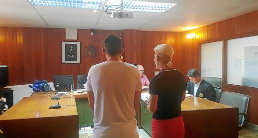 El acusado, acompañado por una intérprete, escuchó la sentencia in voce.