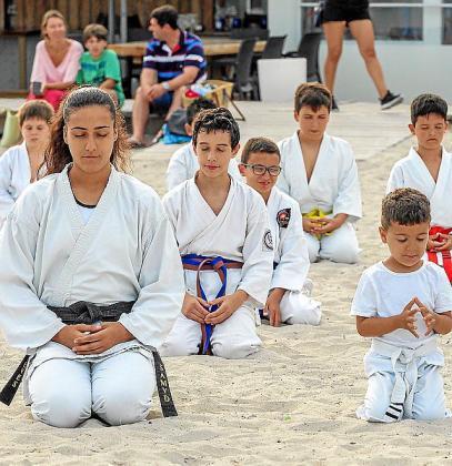 Los más pequeños disfrutan de un cierre de curso diferente en la playa de Talamanca.