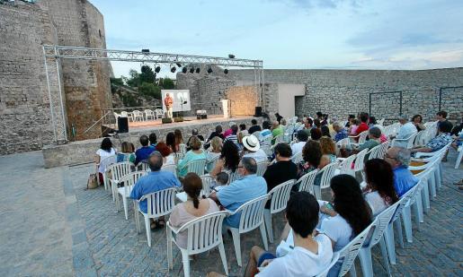 El recital Lluna plena de juny celebró ayer en el Baluard de Sant Pere su última edición antes de cambiar de formato el año que viene.