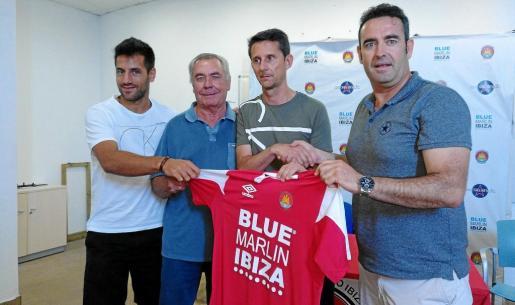 De izquierda a derecha, Marcos Contreras, Toni Marí 'Moreras', Antonio Manuel Racero 'Puma' y Sergio Tortosa posan con la camiseta del CD Ibiza.