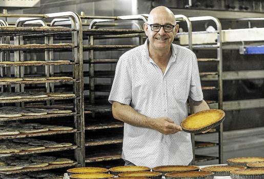 José Luis Riera con una hornada de flaons en las instalaciones del Forn Can Coves en el polígono de Montecristo.