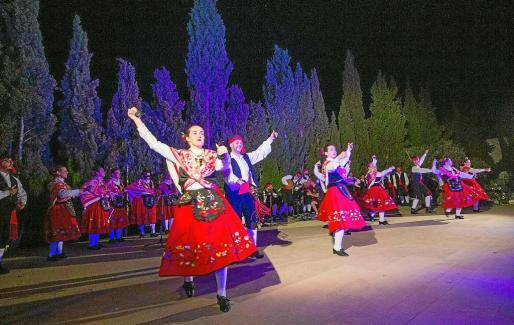Un grupo folclórico de Badajoz, otro de música gallega y la colla de Santa Gertrudis participaron en el encuentro.