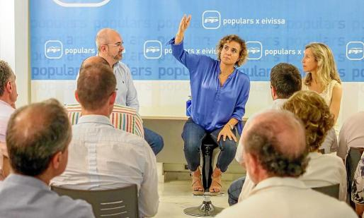 Dolors Montserrat entre Carmen Ferrer y Vicent Roig en la reunión de ayer.