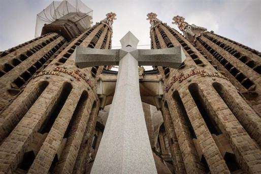 Instalan una cruz maciza de 18 toneladas en la Sagrada Familia.