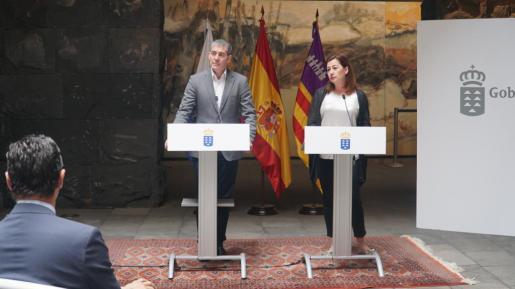 El presidente de Canarias, Fernando Clavijo, y la presidenta de Baleares, Francina Armengol.