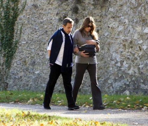 Nicolás Sarkozy y Carla Bruni pasean con su hija.