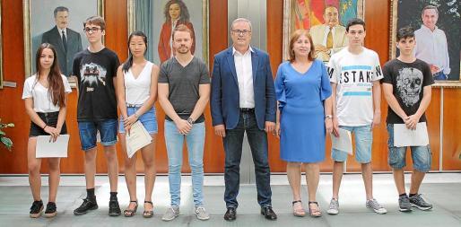 Los estudiantes, junto a David Ribas (izquierda), Vicent Torres y Margalida Ferrer, en el Consell d'Eivissa.