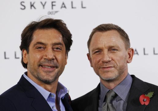 El español Javier Bardem posa con el actor Daniel Craig, que encarnará nuevamente al agente secreto James Bond.