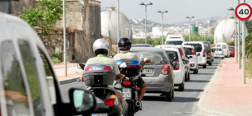 El tránsito de vehículos por el pueblo es constante.