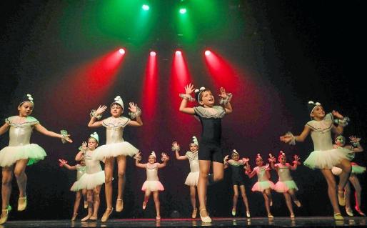 Los pequeños bailarines y bailarinas lo dieron todo sobre el escenario ayer en Can Ventosa.
