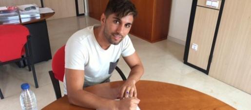 Kike Ferreres, cuando firmó por el filial del Mallorca para jugar en Tercera División hace tres años.