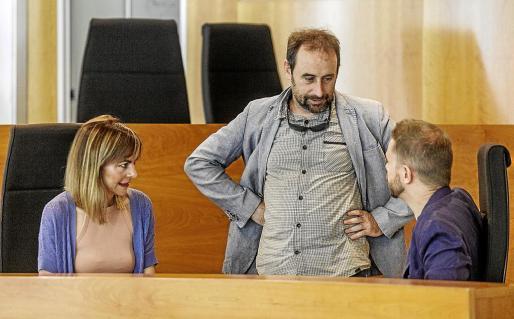 Miquel Vericad, en el centro, habla con los consellers Lydia Jurado y David Ribas en uno de los plenos de junio.