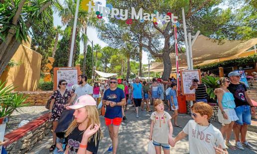 Como suele ser habitual cada miércoles centenares de turistas de todo el mundo acuden hasta el Hippy Market de Punta Arabí.