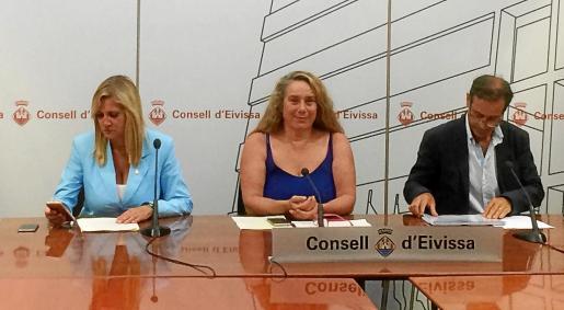 Las vicepresidentas primera y segunda del Consell, Marta Díaz y Viviana de Sans, junto a Gonzalo Adán, director del IBES.