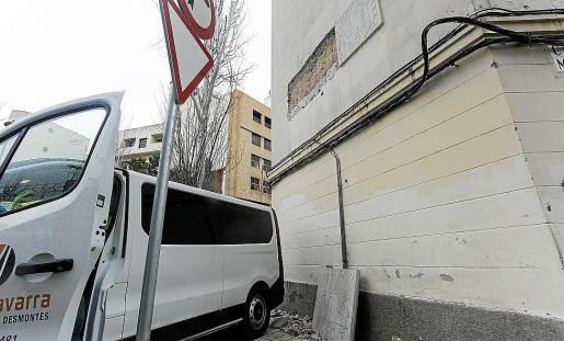 Durante la demolición se dañó parte de la placa franquista del edificio.