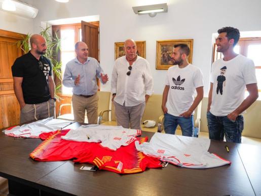 Recepción en el Ayuntamiento de Santa Eulària a los futbolistas Pepe Reina, Arbeloa y Jordi Alba.