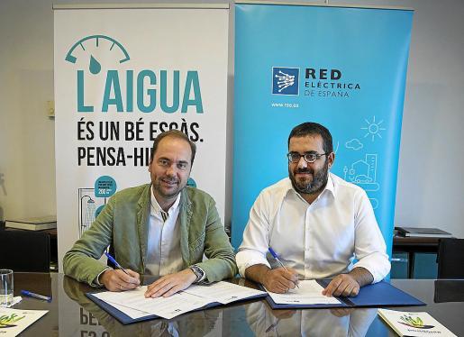 El delegado de Red Eléctrica en Balears, Eduardo Maynau, y el conseller de Medi Ambient, Vicenç Vidal, firmaron ayer el convenio de colaboración.