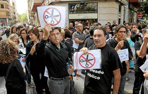 Empleados públicos protestando, en 2012, contra los recortes salariales.
