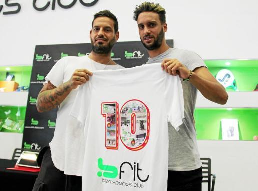 Cristian Terán, a la derecha, junto a Enrique Fajarnés, ayer en el gimnasio Bfit.