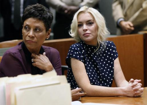 La actriz Lindsay Lohan atiende en el tribunal junto a su abogada Shawn Chapman Holley (i) durante la celebración de una vista sobre la reciente violación de su libertad condicional.