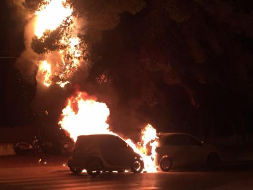 Un incendio arrasa dos coches en Platja d'en Bossa.