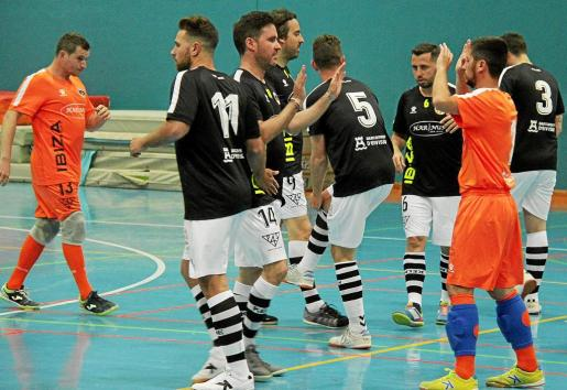 Varios jugadores del Ibiza Futsal se animan antes de comenzar un partido de la pasada liga Regional sénior.