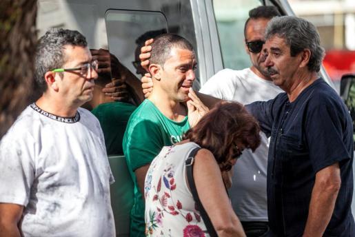 El padre de Dani, Ramón Viñals (D), trata de consolar a su otro hijo