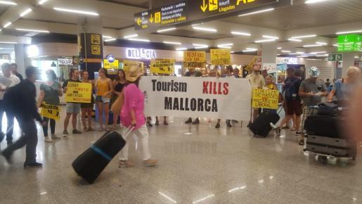 La plataforma Ciutat per a qui l'Habita ha protagonizado una protesta en el Aeropuerto de Palma.