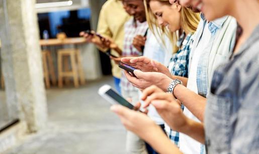 Adictos a las redes. Cada día hay más adolescentes y jóvenes adictos a la redes sociales, al juego 'on line' y a las apuestas por internet. Las redes sociales tienen un gran atractivo para los menores, según refleja el informe elaborado por los responsables sanitarios de Balears.