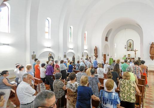 El párroco Josep Lluís Mollà ofició una misa a las 10:30 horas ante la presencia de los vecinos.