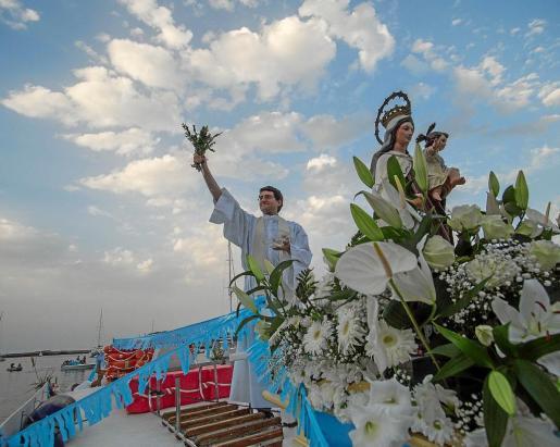 Vicent Ribas, párroco del municipio, ofició una misa antes de la celebración de la procesión marinera.