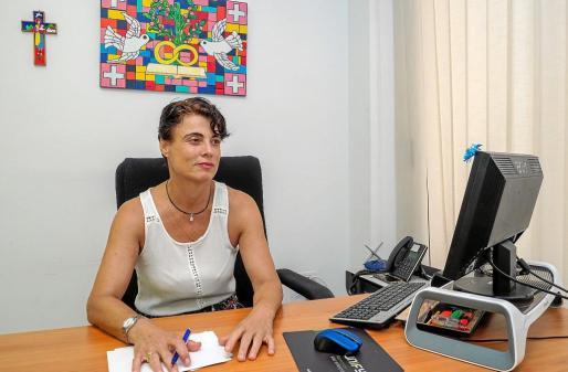 Maite Barchín, en la oficina en la que atiende a los usuarios de Cáritas.
