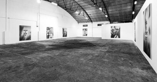 Vista general de la Galería Parra & Romero con las diez obras que forman parte de la exposición de Stefan Brüggemann que se podrá ver hasta septiembre.