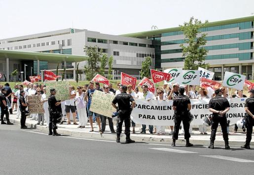 Los trabajadores de Son Espases llevan años reclamando la gratuidad del aparcamiento del hospital y en numerosas ocasiones se han concentrado para exigir medidas. La presión ha hecho que el Govern aprobara crear 535 plazas más gratuitas.